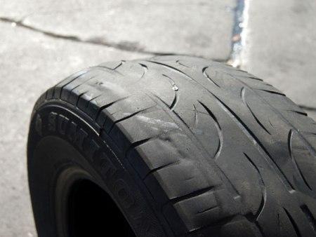 Trên lốp có một vết mòn hơn hẳn chỗ khác